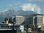 桜島を背景に市立病院が見えます。市立病院まで、車で3分の距離です。