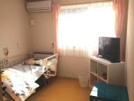 【居室】明るい日差しが差し込む居室です。快適にお過ごしいただくための設備も整っております。