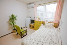 【居室②】クローゼットとミニキッチンも備え付けております。