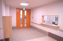 【エントランス・事務所】玄関はオートロックになっており、事務所には24時間スタッフが常駐しておりますので安心です。