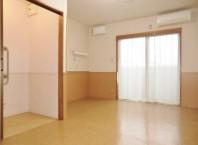 居室は約11畳です。ベッド等家具はついていませんので、馴染みの家具を持ち込むことができます。