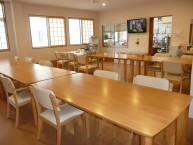 食堂  食事と歓談スペースとしてご利用いただいています。食事は本格的な厨房で手作りしています。