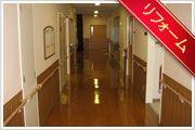 廊下 明るくて清潔感があふれるフロア。スタッフがご入居の皆さまを笑顔でお迎えします。