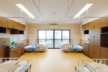 居室は4人部屋で、利用者様同士のふれあいがある環境です。お互いに良い刺激があり、より人間らしく生活していただけると考えています。