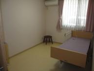 居室は1階と2階にあり、2人入居可能な夫婦部屋や居室内にトイレ付のお部屋もあります。