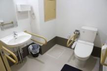 【居室トイレ】車椅子対応で、ナースコールも備え付けておりますので安心です。