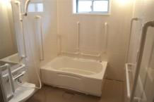 【浴室】可動式の手すりを設置した、安全に配慮した浴室です。