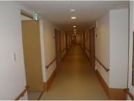 エントランスホール  施設内はどこもゆったり、ひろびろとした空間です。バリアフリーで安全に配慮しています。