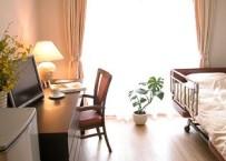 大きな窓から、やわらかな光が差し込む居室。