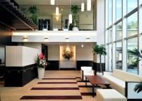 開放感あふれる吹き抜けのエントランスホール。ご入居者・ご家族を温かく迎えます。