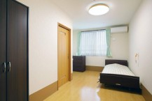 居室には、収納家具・エアコン・介護用ベッド・カーテン・寝具等が初めから備えてあります
