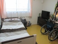 【居室1】エアコンはもちろんの事、車椅子対応の洗面台やトイレ、緊急コールボタン、収納スペースがあります。
