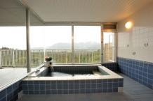 浴室は個室と展望大浴場とあり、自然を眺めながらゆったり入浴できます