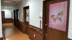 廊下には両サイドに手すりも設置されており、ドアのデザインもおしゃれで個室のプライベート空間も保たれています