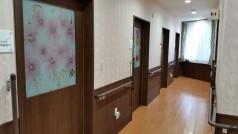 廊下には両サイドに手すりも設置されており、個室のドアもオシャレでプライベート空間も保たれています