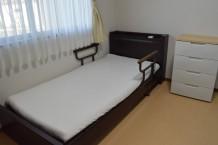 全室個室のお部屋にはカーテン・エアコンの他にベッド・ローチェストも備えてますのでご自由にお使いいただけます