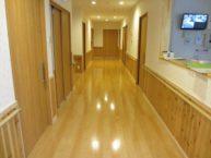 木のぬくもりを感じられる明るい廊下でスタッフ室にはスタッフも常駐していて安心です