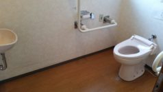 トイレは車いす対応可能な身障者用をご用意いたしております。また、事故防止のため必要箇所には手すりを設置しています