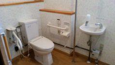 トイレは車いす対応をご用意いたしており、事故防止のため必要箇所には手すりを設置しています