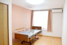 居室には、エアコン・クローゼット・カーテンなどを完備しています。木材の温かみを生かしたフローリングで清潔感のあるお部屋です