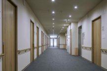 2階の廊下はストレッチャー対応で広め