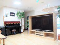 共有スペースにはピアノと大型TV