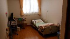 居室は電動ベッドや緊急コール等完備で安心です