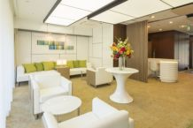 ラウンジ。明るく開放的なラウンジは、白を基調とした洗練された家具がさわやかな空間を演出します。