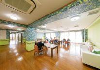 カラフルな壁紙を使った食堂
