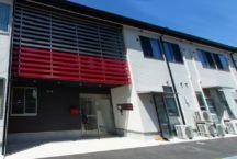 玄関ポーチと駐車場はバリアフリー舗装で、安全かつスムーズにアクセス可能です。