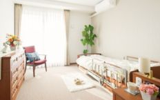 清潔感を重視した居室。すべてプライベート空間を大切にした個室となっており、品質にこだわった家具が備え付けられています。