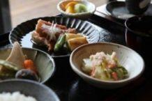 隣接するお食事処「竹取庵」で調理したお料理をお召し上がりいただきます。