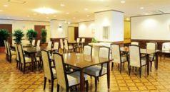 ゆったりとスペースがとられた明るい雰囲気の食堂