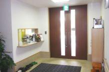 エントランス・事務所 玄関はオートロックになっており、事務所には24時間スタッフが常駐しておりますので安心です。